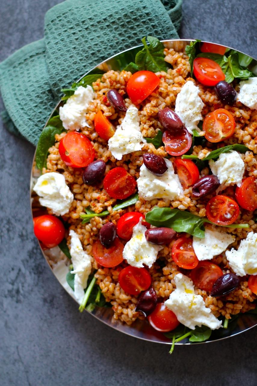 Speltsalat med pesto, tomater og frisk mozzarella