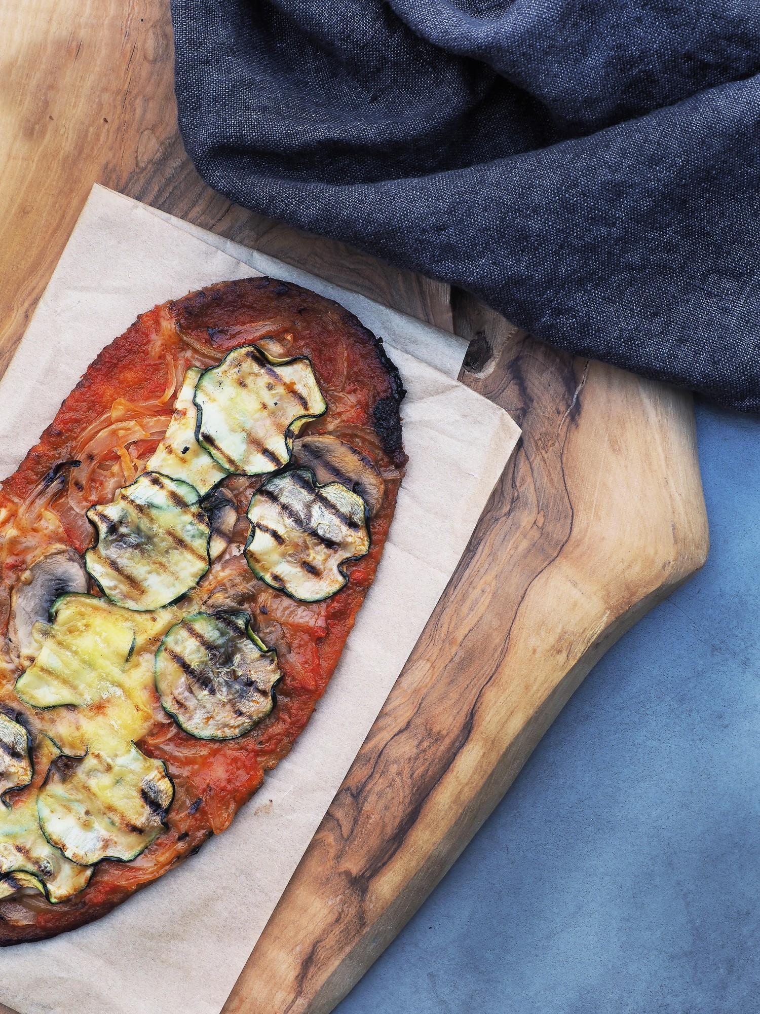 vegansk-pizza-med-sproed-bund-cathrineyoga-dk