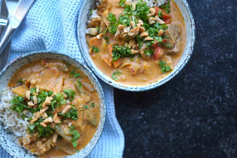 wok med rød karrypasta og kokosmælk
