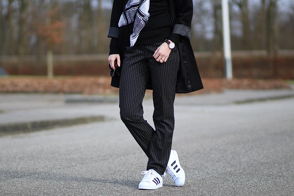 fifty shades of black my outfit modeblogger mode fashion Amy Asos Celine solbriller By malene birger tørklæde nålestribede bukser Esprit frakke sort blog