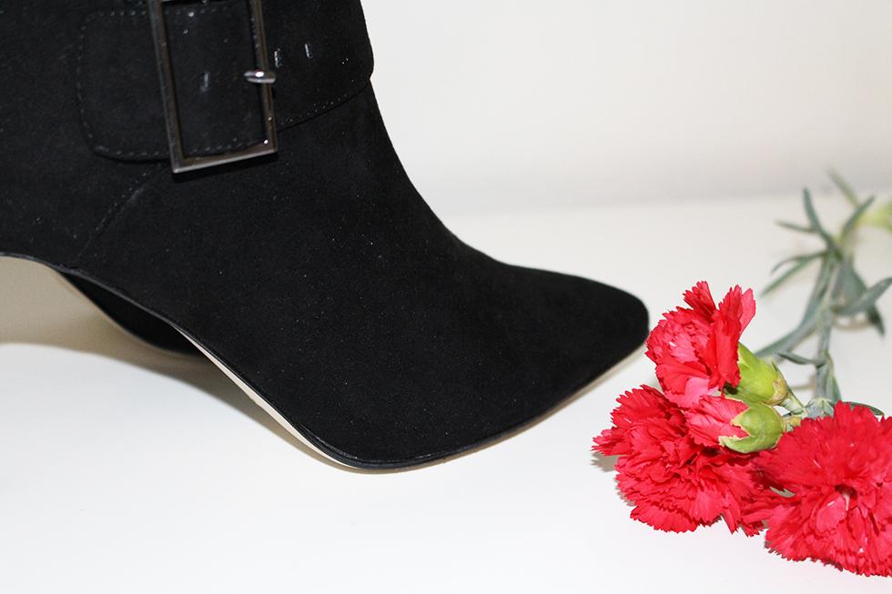 Black pointed ankle boots Asos modeblogger blog Amy sorte støvletter billigt køb sko køb en pige får aldrig for mange sko fashion blomster ankel støvler