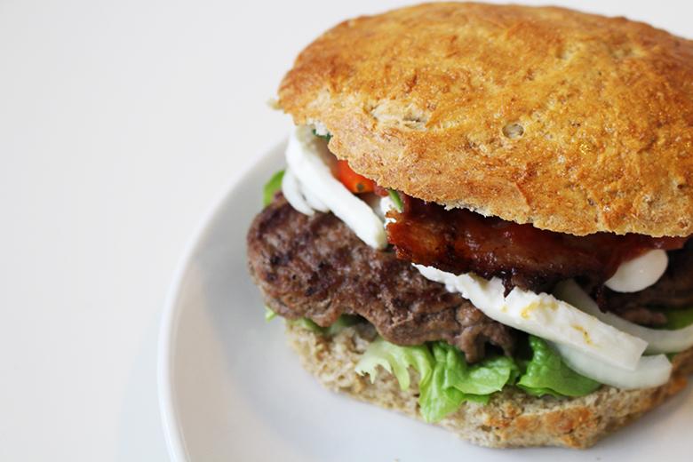 hjemmelavet burger opskrift blog madblog grove burgerboller rugmel modeblogger Amy Dyrholm lækker burgerbolle bøf salat tomat agurk inspiration til su mad