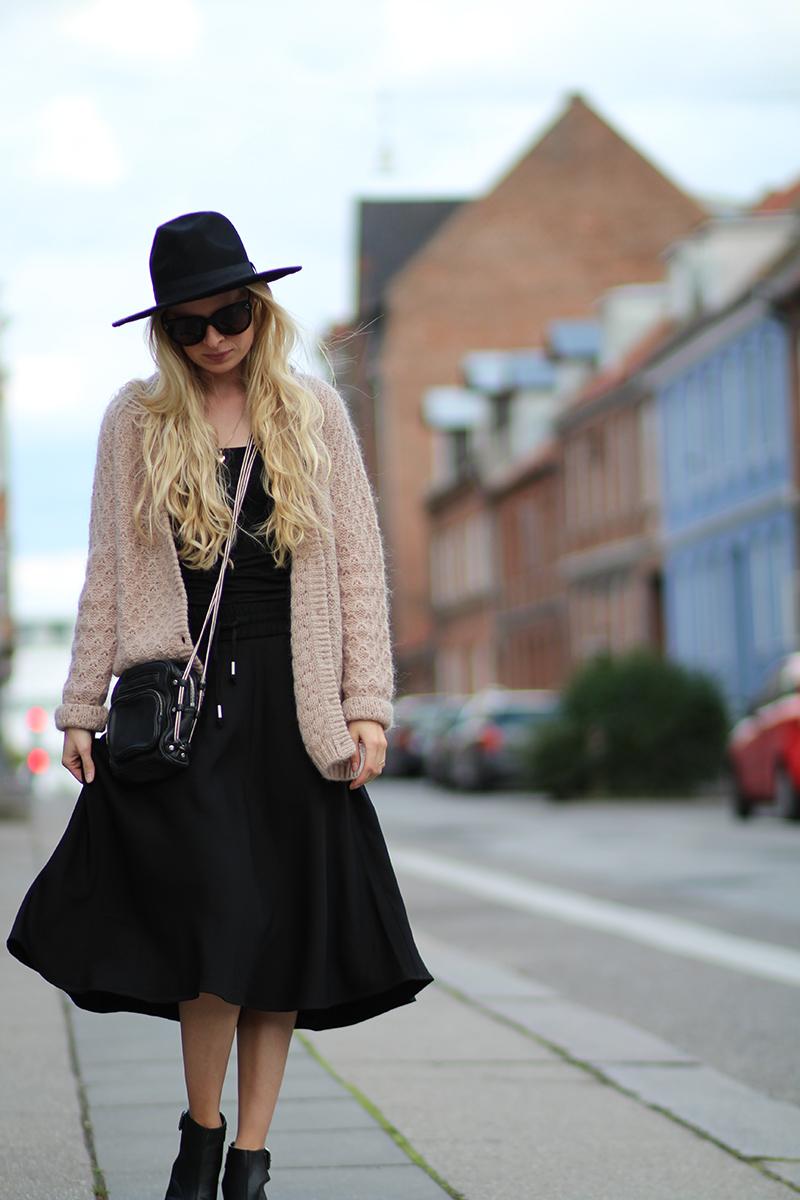 kvalitetstid med familien Randers Amy Dyrholm Inwear sort lang nederdel nudefarvet strik hat fra Asos All Inclusive film Sover Dolly på Ryggen tøsefilm blog