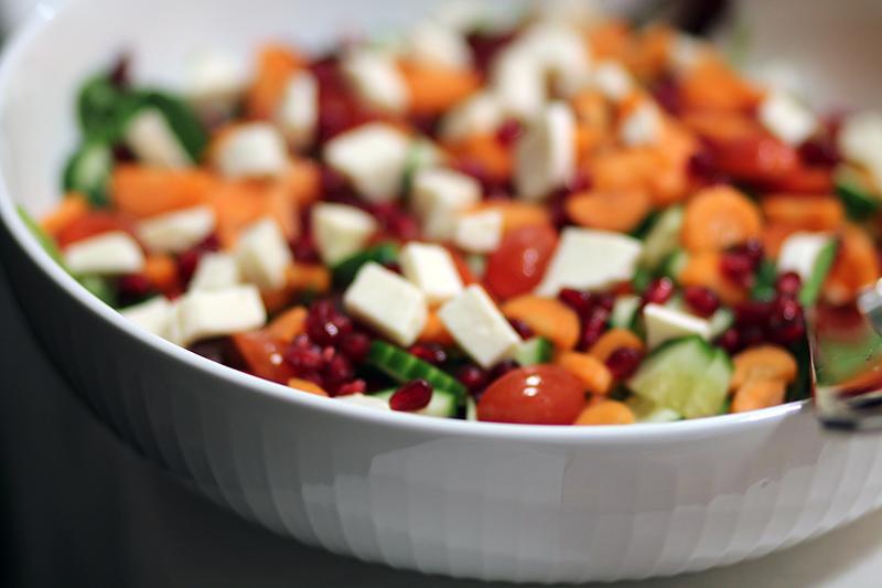 lækker og billig salat salatskål Kähler Hammershøi Amy Dyrholm nytårsaften billig og sund salat grøntsager granatæble pil et granatæble blog opskrift