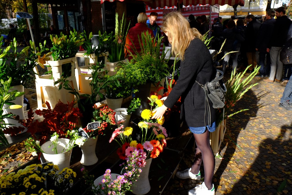 buying flowers at berlin market