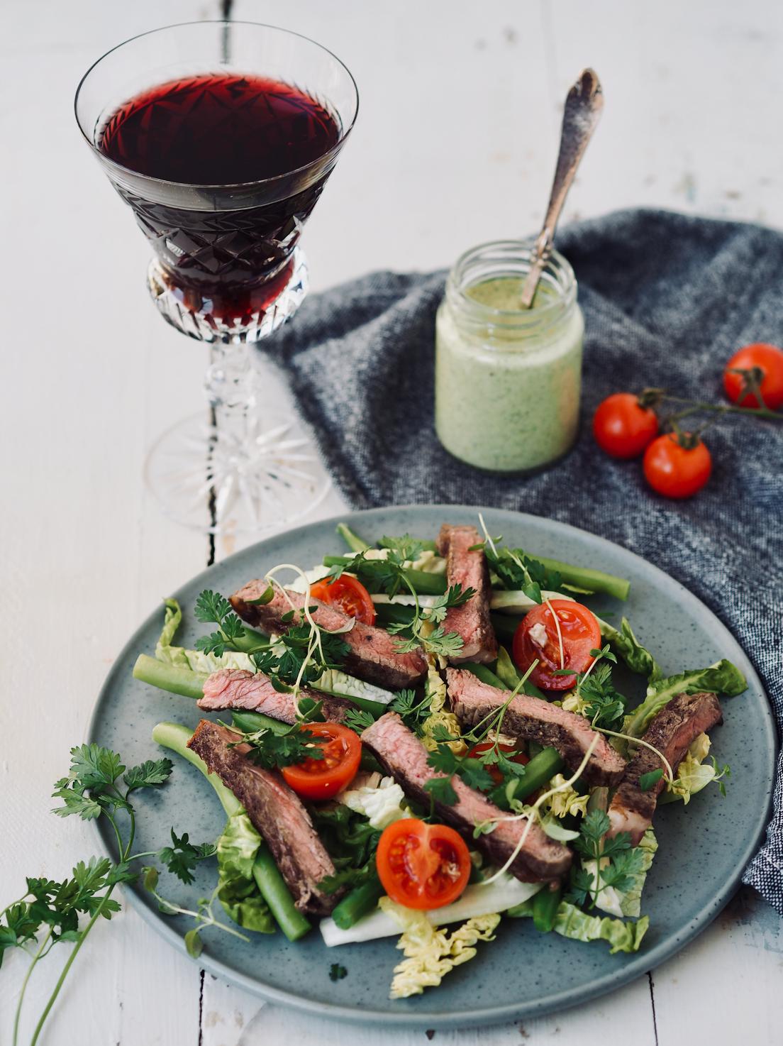 Steak salat med bønner, tomat og estragondressing