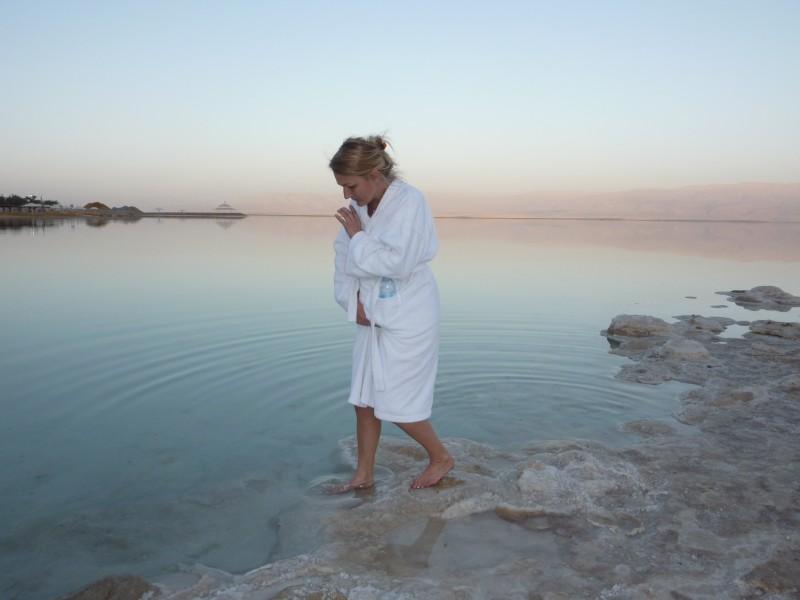 Karen Seneca i Det Døde Hav. Foto: Birgitte Bové