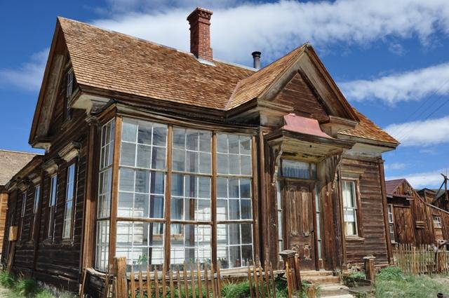 Rigmanden James Cain, der blandt andet tjente sine penge på tømmer, opkøbte store dele af Bodie, og boede selv i dette hus med den fine ?udestue? i glas.