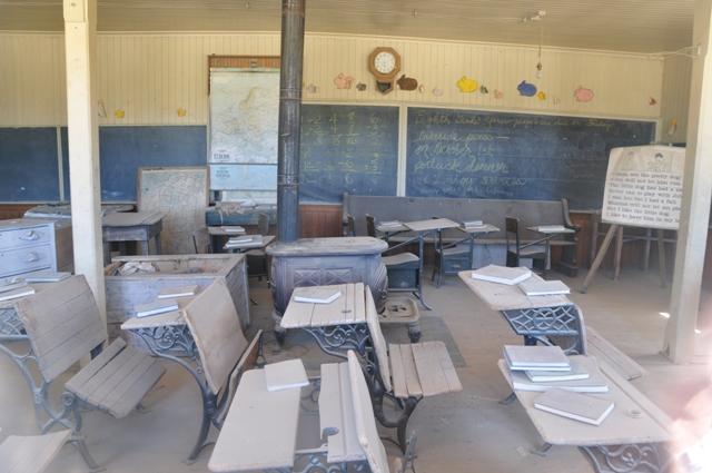I skolestuen ligger kladdehæfterne på pultene, som var eleverne bare ude til frikvarter.