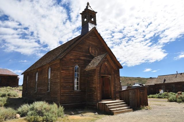 Det er næsten som at være med i et afsnit af Det lille hus på prærien, når man kommer til byens velholdte kirke.