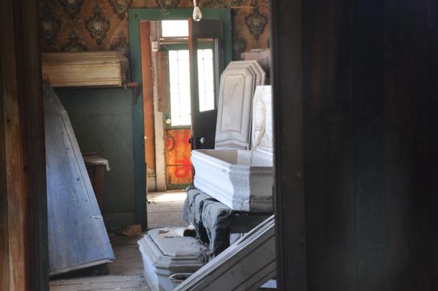 I den mere makabre afdeling kan man kigge ind i bedemandens forretning, hvor kisterne stod klar til at tage imod de mange lig.