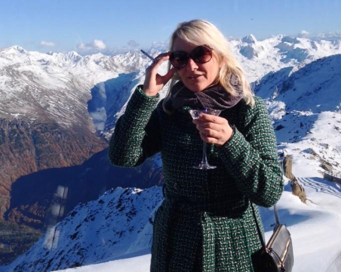 Karen Seneca i hælene på James Bond i Tyrol
