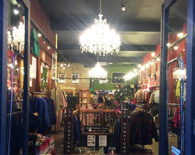 Indgangen til vintagebutikken Blitz på Hanbury Street i London.