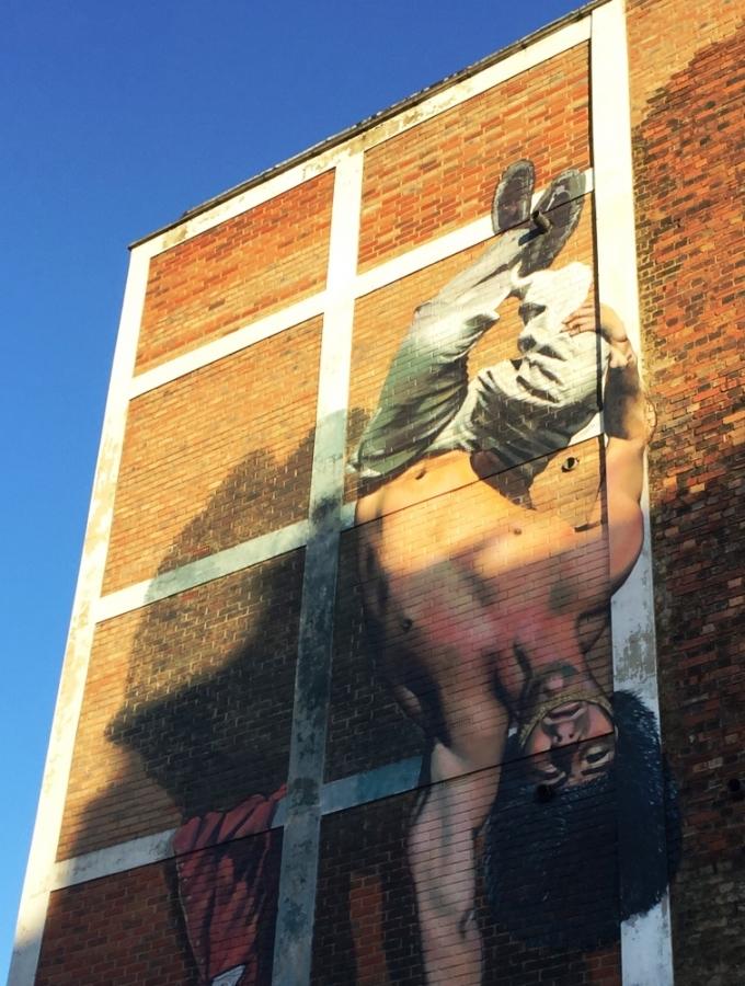 Mand malet med hovedet nedad på Brick Lane