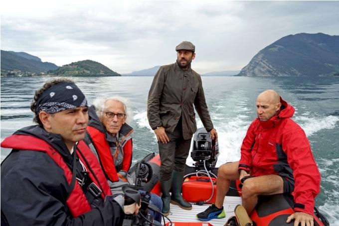 Christo (2nd from left), Director of Construction Rossen Jeliaskov (right), filmmaker Antonio Ferrera (left) and Vladimir Yavachev on Lake Iseo