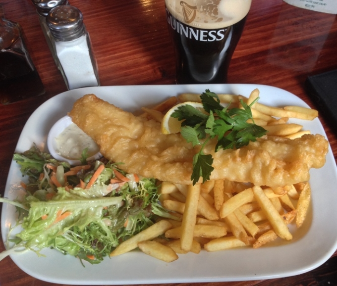 Fish and chips serveret på en pub under en ferie i Dublin