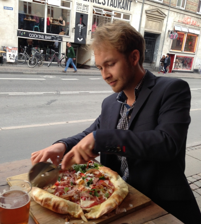 Marcus skærer pizza på Neighbourhood i Kbh