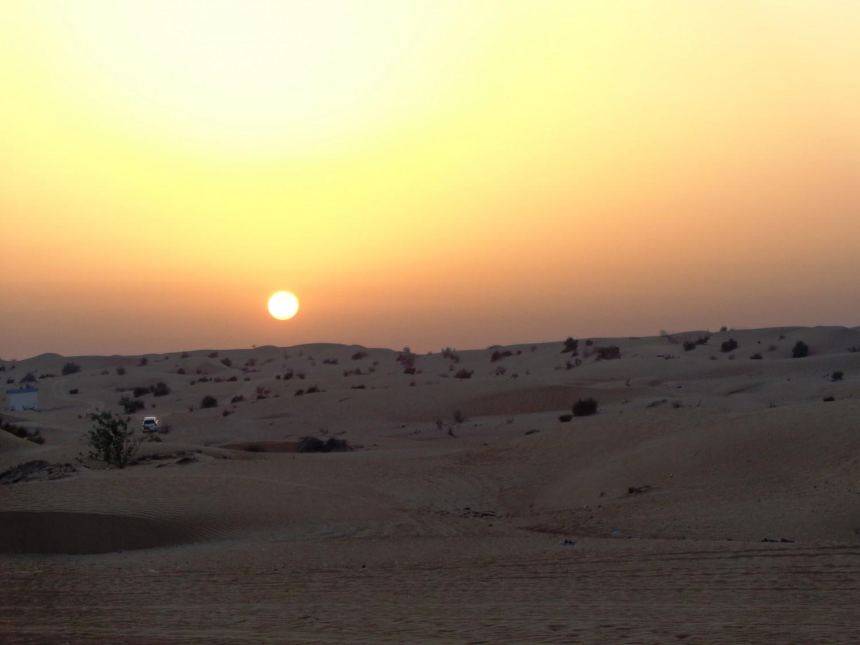 Månen går ned over Dubais ørken.