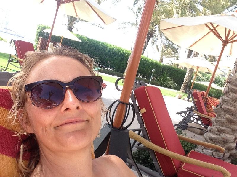 Karen Seneca ved pool i Dubai