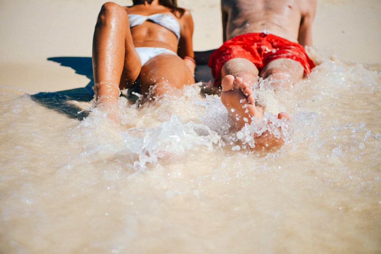Sommerferie i Italien, foto af ungt par ved strandbredden