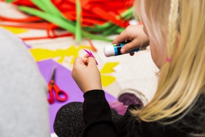 Pige klipper til kreativ jul på SMK