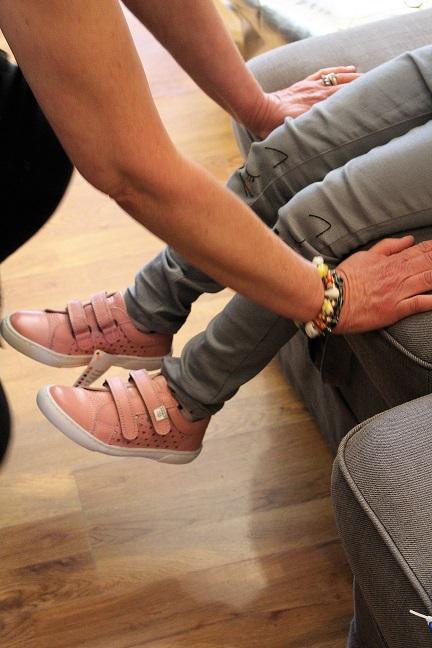 fa546ff21dba Fin sneakers i læder med udskåret hjerter.