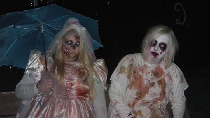 Min søster og jeg, i Haastrup en næsten helt almindelig weekend i oktober ;)