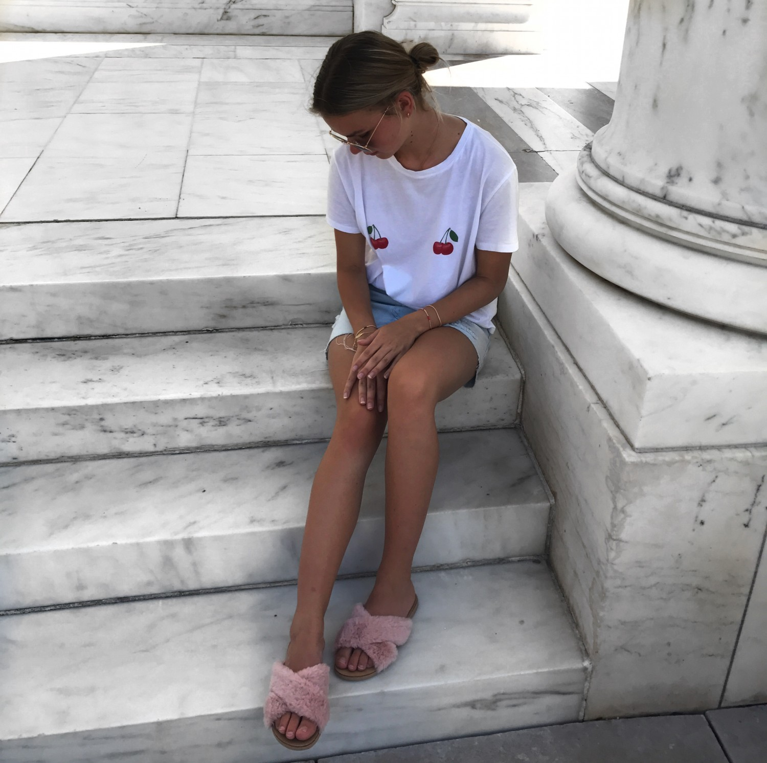 CHERRY TEE AND FLUFFY SANDALS | OUTIFTS | Sofie Kücken