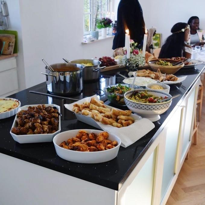 Frokost: laksetærter, hjemmelavede forårsruller og samosa'er, efterårssalater, kyllingespyd, græske frikadeller, butterdejssnacks, pastasalat, mørbradgryde, hjemmebagt brød, humus, tzatziki, ostebord mm.