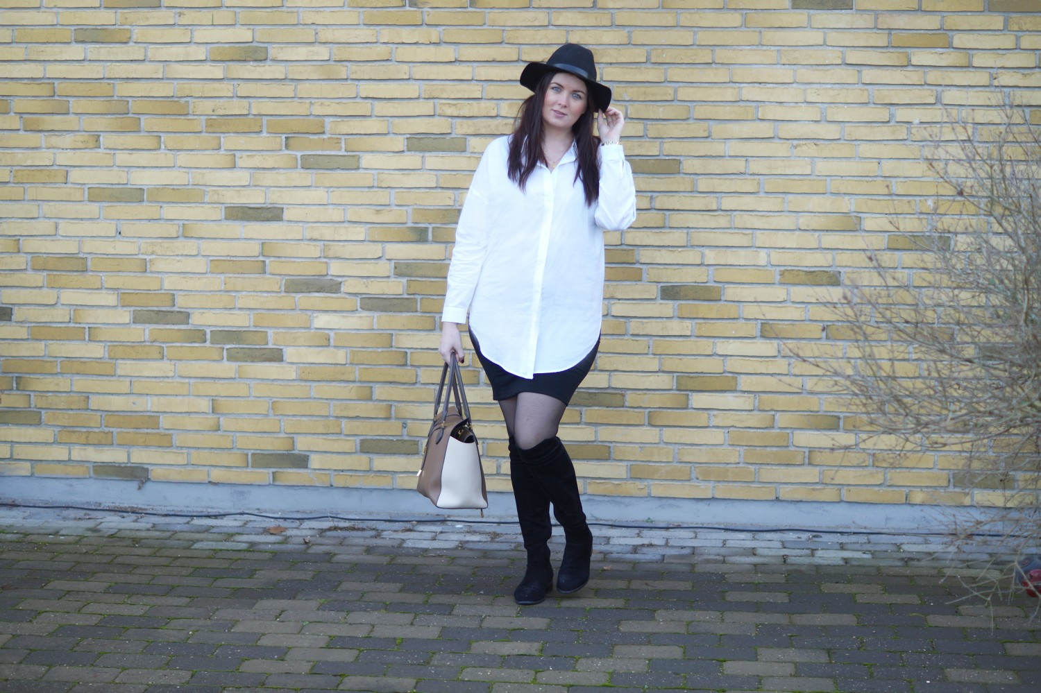 OUTFIT WHITE SHIRT & FEDORA HAT