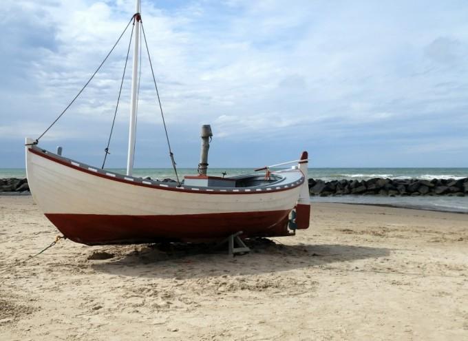 Flotte gamle fiskerbåde ved stranden