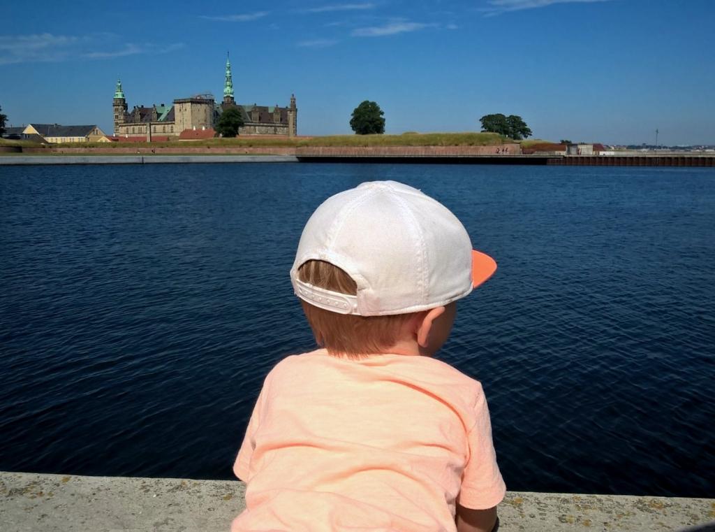 Lille mand venter på far. #Elsinor #Kronborg