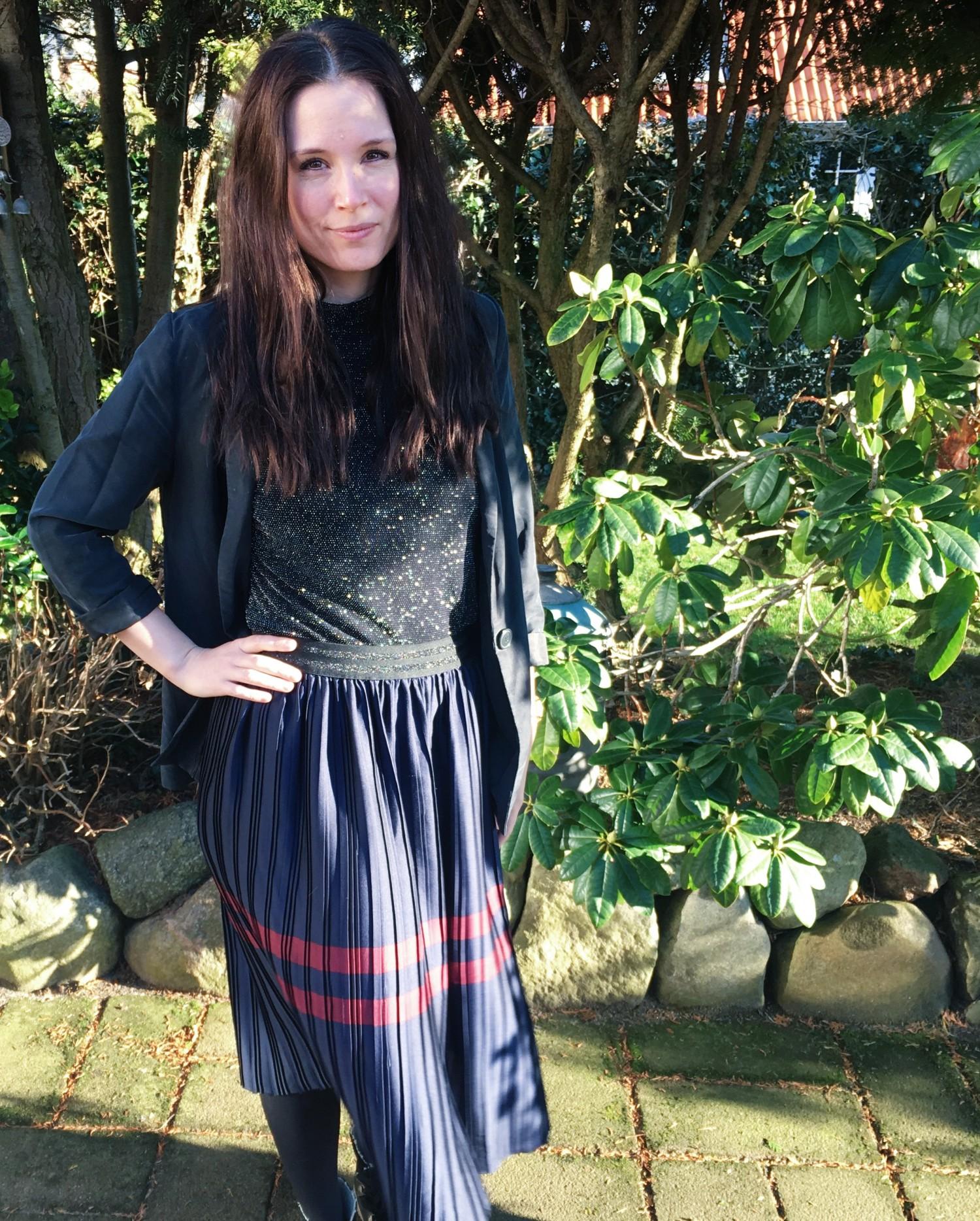 Plisseret nederdel med stribe