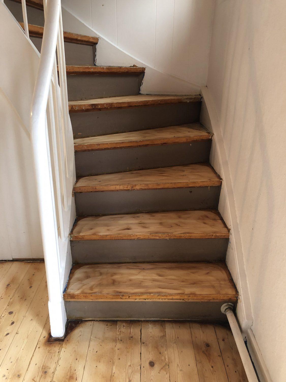 gulvtæppe er taget af trappe