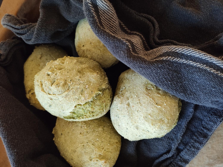 Bløde sunde boller med spinat til madpakken