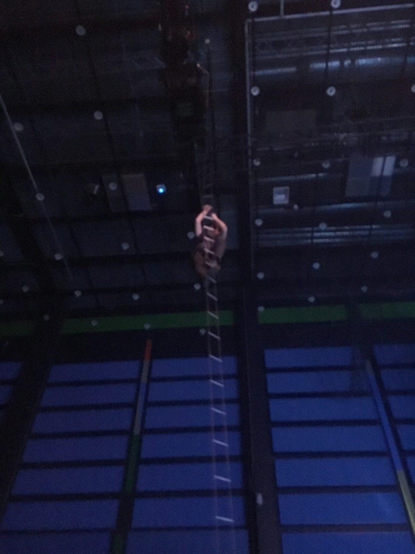 Vi stod lige under et hængende projektør stativ, som 2 mænd skulle klatre op og styre
