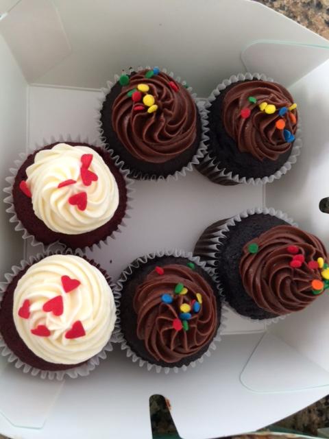 Red velvet og chokolade-cupcakes
