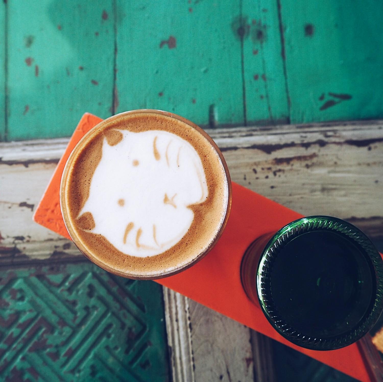 spisesteder på bali canngu ubud raw kage nelle noell bali guide katte latte kaffe