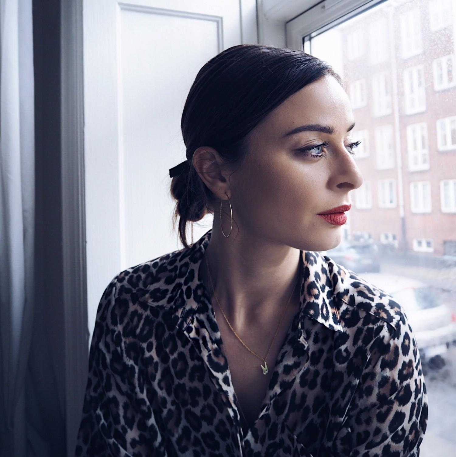 nelle noell den gode uge med op og nedture kvinde vindue leopardskjorte rød læbestift