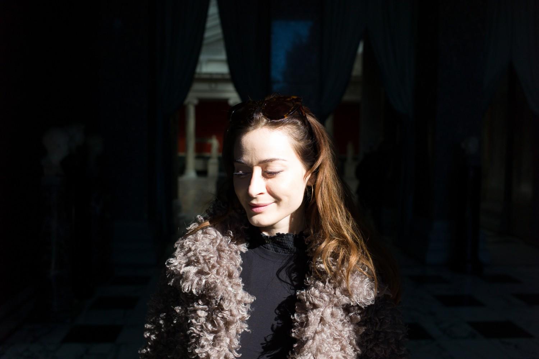 kvinde i solskind nelle noell bevidsthed om at leve i nuet fake fur sand jakke