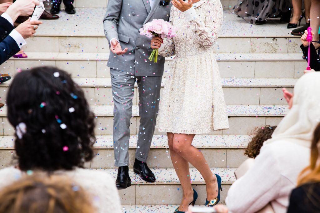 mariée et marié descendant l'escalier