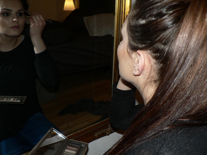 Lena tager make-up på, hun benytter på dette billede naked 2 paletten fra Urban Decay.