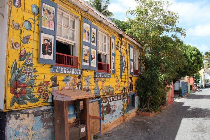 """En meget farverig café i den fjerne ende af """"krydstogsgaden"""""""