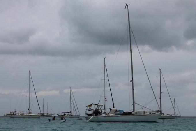 7Seas og dinghy med Hendrik og Dominik i - den var ved at ryge på vejen hertil på grund af store bølger og meget vand i lille bitte ustabil dinghy. Men den blev reddet...