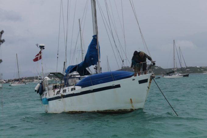 Store skipper og mini-skipper på Polonica i færd med at give ekstra kæde. I mega regnvejr.