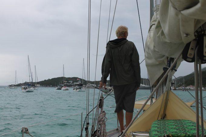 Skipper i regnjakke...et sjældent syn med jakke her i Caribien