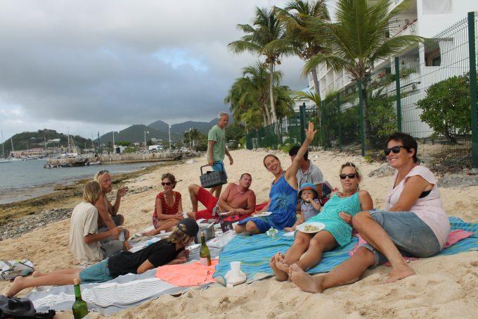 Så samling på stranden med mad og sand