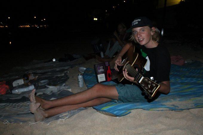 Og som den bedste afslutning på aftenen: guitarspil fra teenageren...
