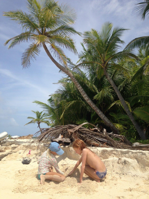 Liva og Saffiya på stranden helt væk i deres leg...