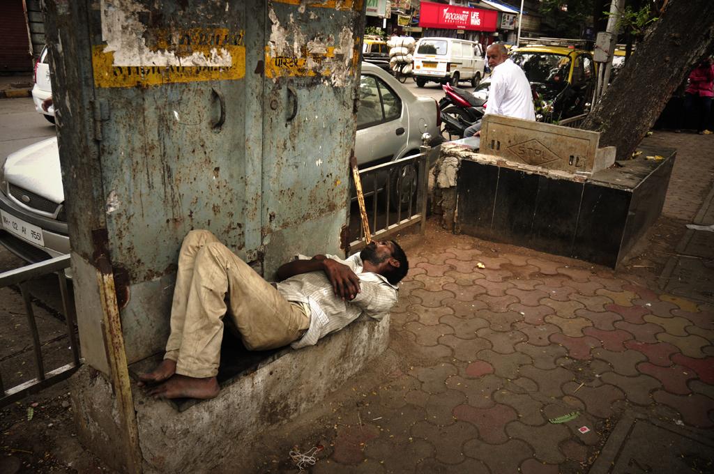 Foto af Kristian Bertel - Ens egen verden bliver sat i perspektiv, når man oplever Indiens fattigdom på tætteste hold, som her med en indisk mand i Mumbai, Indien.